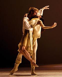 Noelani Pantastico & Lucien Postlewaite in Roméo et Juliette. Photo © Angela Sterling